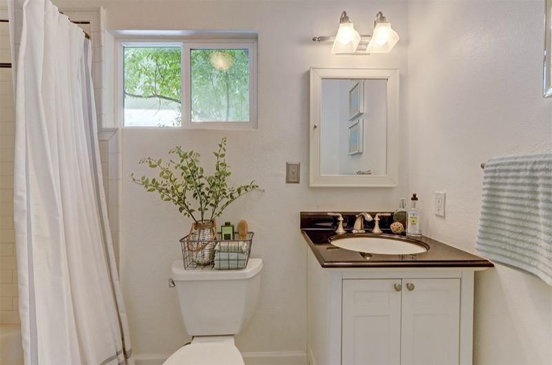 5714 Dover - master bath picture